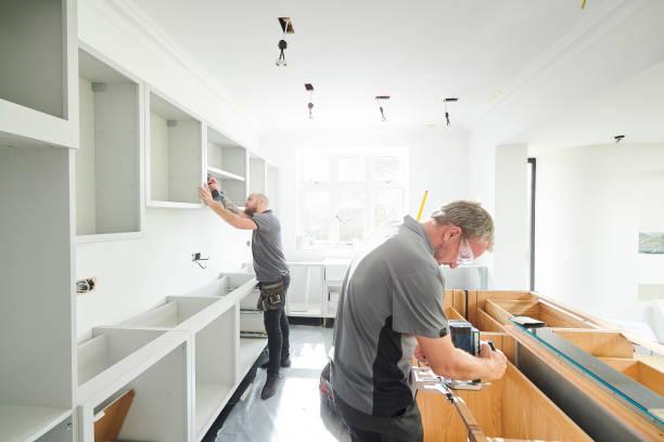 tischlerei team einbau einer küche - schreiner stock-fotos und bilder