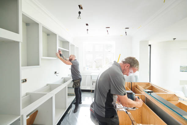 joinery team fitting a kitchen - kitchen zdjęcia i obrazy z banku zdjęć