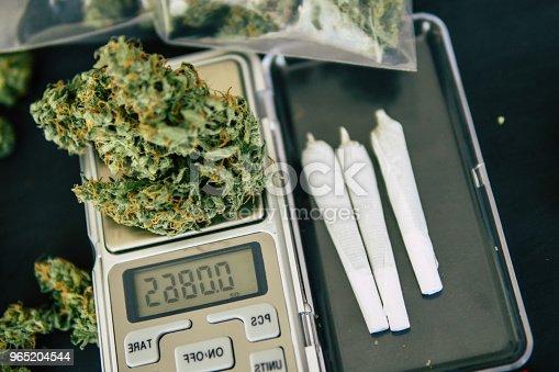 Joint And Grinder On A Black Background Cannabis Bud Flowers - Stockowe zdjęcia i więcej obrazów Bez ludzi