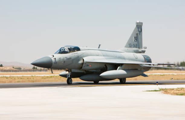 joint pakistan-kinesiska jf-17 thunder fighter jet taxning på landnings banan - chinese military bildbanksfoton och bilder
