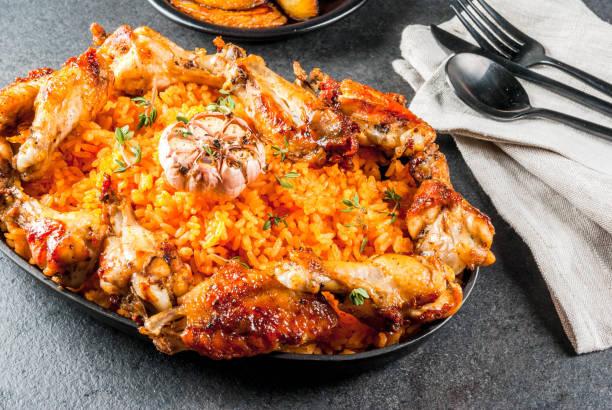 Jollof arroz com frango e banana - foto de acervo