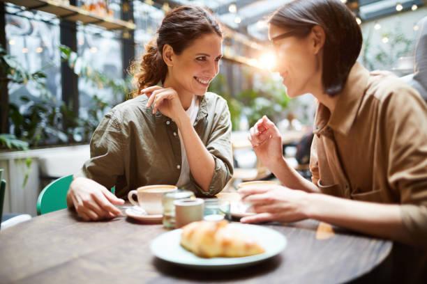 Jolly Damen klatschen im Café – Foto