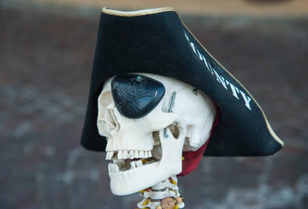 Jolly Roger. Calavera con sombrero de pirata amartillada. Сaricature de la muerte - foto de stock