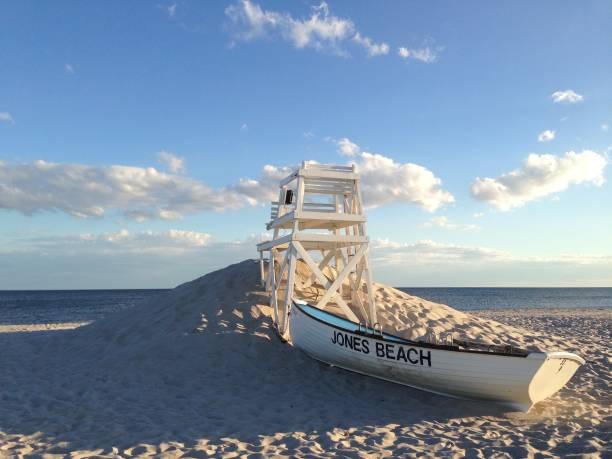 jones beach livbåtar och livräddare stol landskap - livbåt bildbanksfoton och bilder