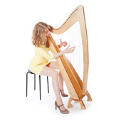 jonge vrouw in gele jurk speelt harp tegen witte achtergrond