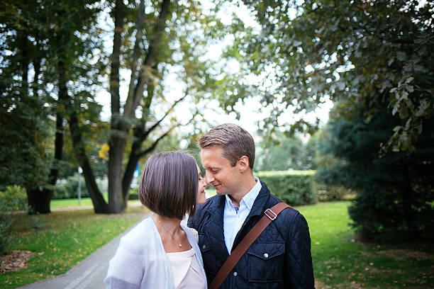 joung paar in liebe außerhalb lovestory - kurzgeschichten stock-fotos und bilder