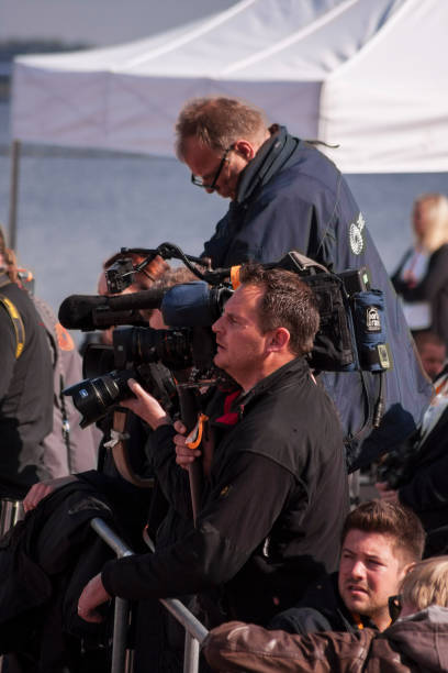 journalisten während der besichtigung der deutschen bundeskanzler angela merkel - merkel cdu stock-fotos und bilder