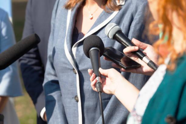 periodistas que los medios de comunicación entrevista a político empresaria o mujer - periodista fotografías e imágenes de stock
