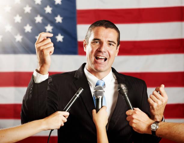 journalisten mit mikrofonen mob, us-amerikanischer politiker - radio kultur stock-fotos und bilder
