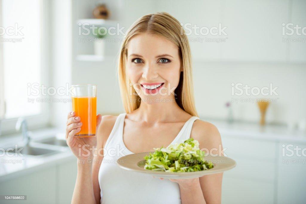 Freude Spaß leckere appetitlich kalorienreduziertes Schüssel wenig Person Konzept. Nahaufnahme Foto Portrait of Recht schönen schönen niedlichen selbstbewusste Lady White raumhintergrund gesunden Lebensmittel in den Händen halten - Lizenzfrei Abnehmen Stock-Foto