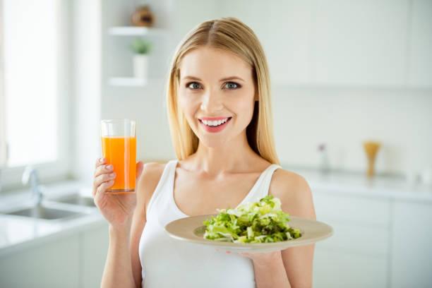 快樂樂趣美味開胃低卡路里小碗人的概念。關閉照片肖像美麗可愛的可愛的女士手持健康的食物在手白色房間背景 - 十字花科 個照片及圖片檔