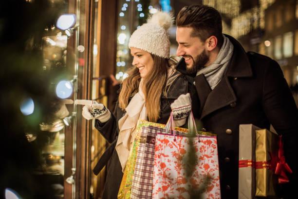 freude an weihnachtsgeschenke kaufen - günstige weihnachtsgeschenke stock-fotos und bilder