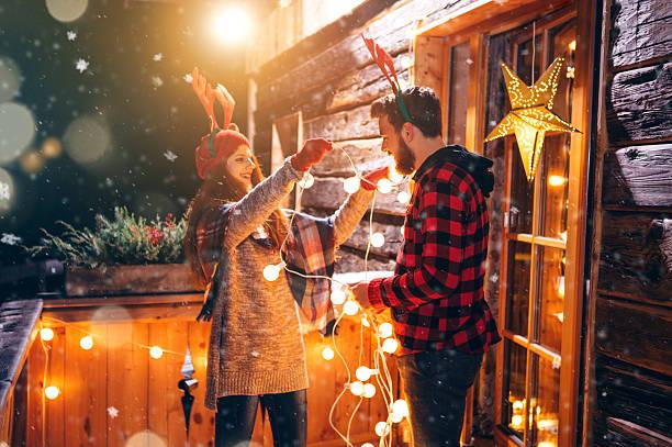 joy of christmas decorating - vorbau dekor stock-fotos und bilder