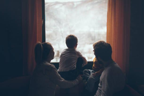 freude über den ersten schnee - 4 monat schwanger stock-fotos und bilder