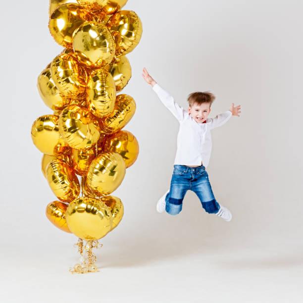 fröhlicher junge mit luftballons - ballonhose stock-fotos und bilder