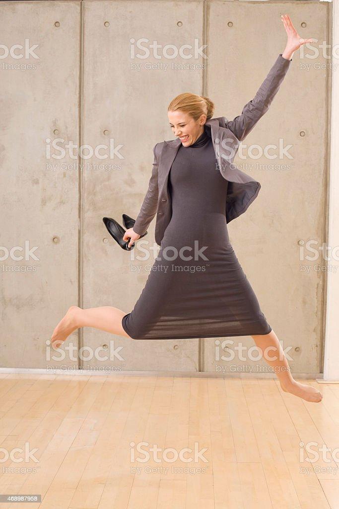 Joyful Деловая женщина прыгать в воздухе стоковое фото