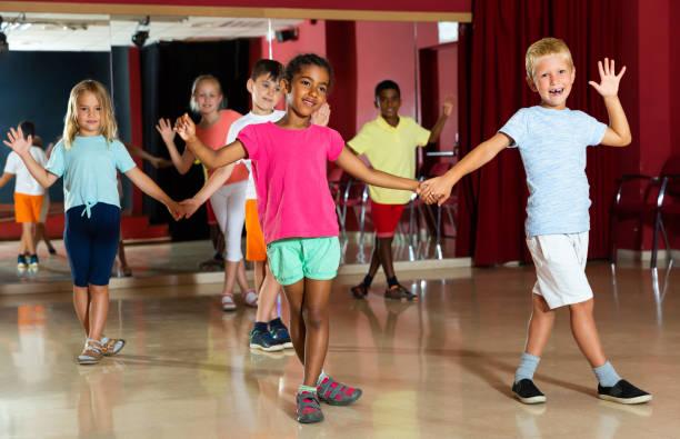 Fröhliche Kinder versuchen Tanzen Partner tanz – Foto