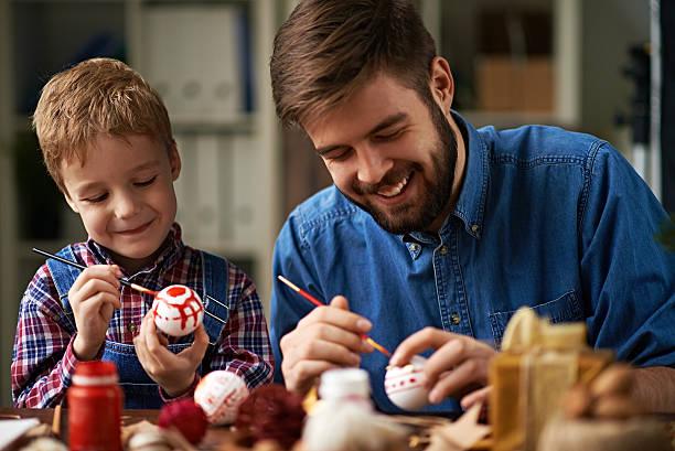 fröhlich kreative arbeit - basteln mit kindern weihnachten stock-fotos und bilder