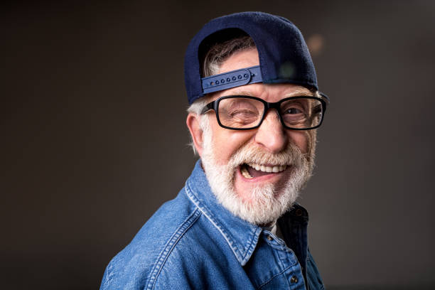 freudige älterer mann wird humorvoll - zum totlachen stock-fotos und bilder