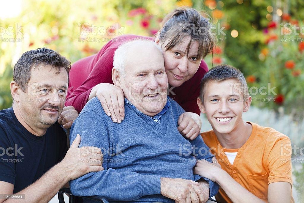 Fröhliche Familie besuchen – Foto