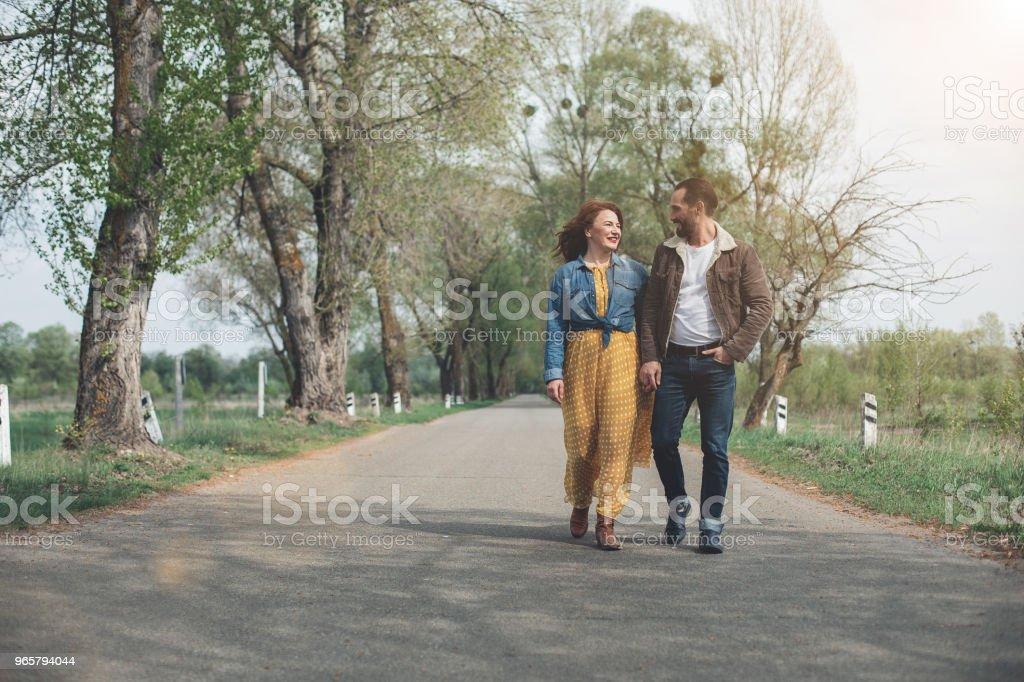 Vrolijke familie wandelen langs wandelpad in de natuur - Royalty-free Alleen volwassenen Stockfoto