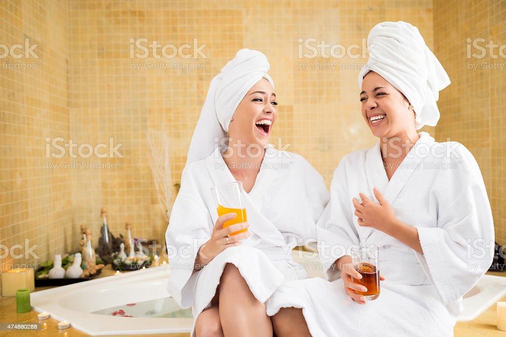 Joyeux amis au spa - Photo