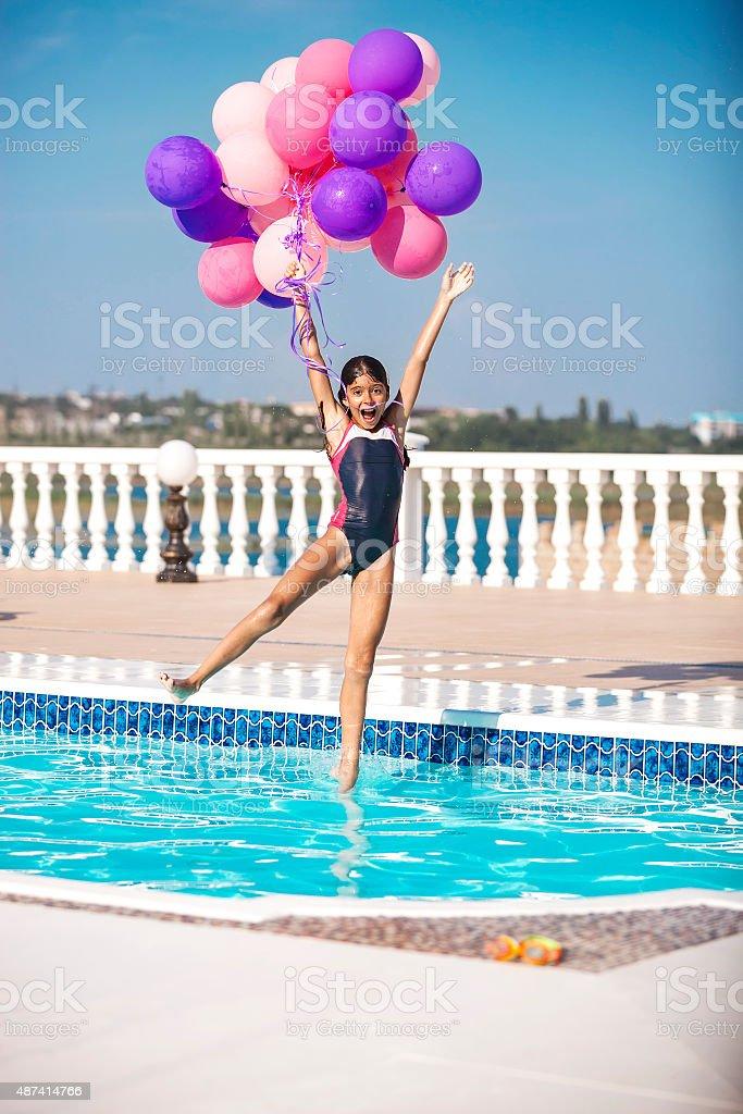 Alegre menina pulando na piscina - foto de acervo