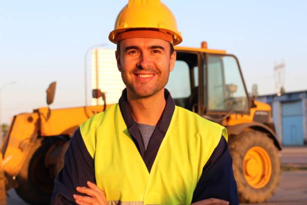 Trabalhador bonito alegre no trabalho - foto de acervo