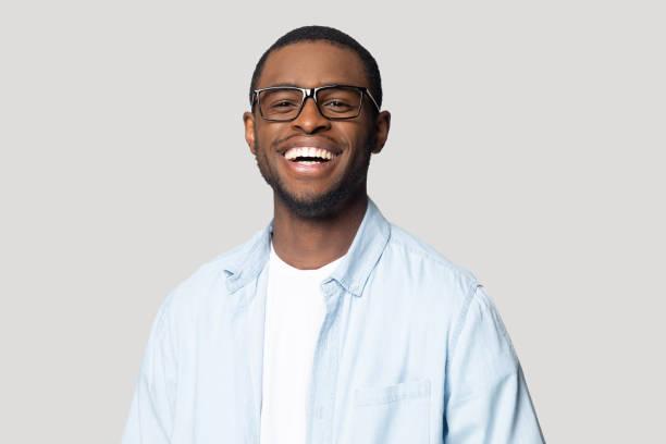 jeune homme américain africain heureux joyeux dans le portrait de lunettes. - portrait homme photos et images de collection