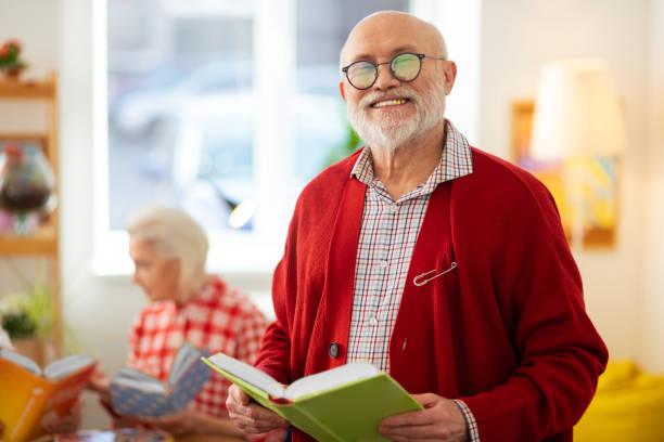 Fröhlicher fröhlicher Mann mit einem Buch – Foto