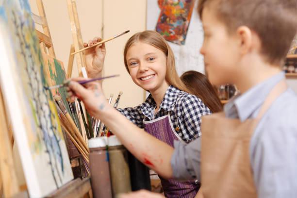 fröhliche kinder malen in der kunstschule - happy weekend bilder stock-fotos und bilder