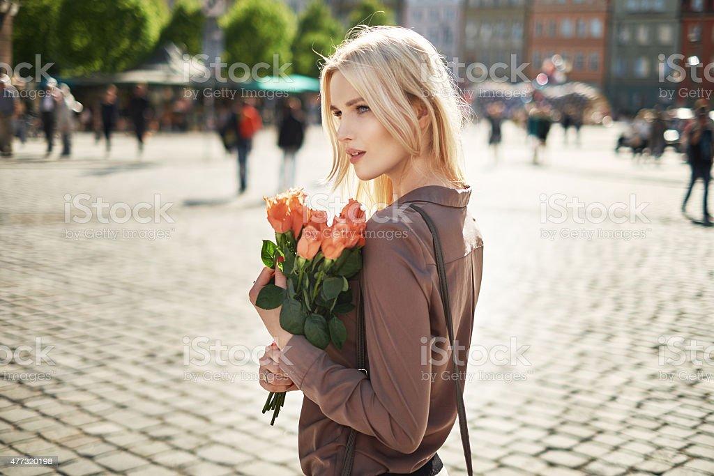 Веселая женщина, держа букет свежих роз стоковое фото
