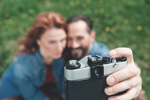 Vrolijke Man En Vrouw Nemen Van Fotos Op Grasland Stockfoto en meer beelden van Activiteit - Bewegen