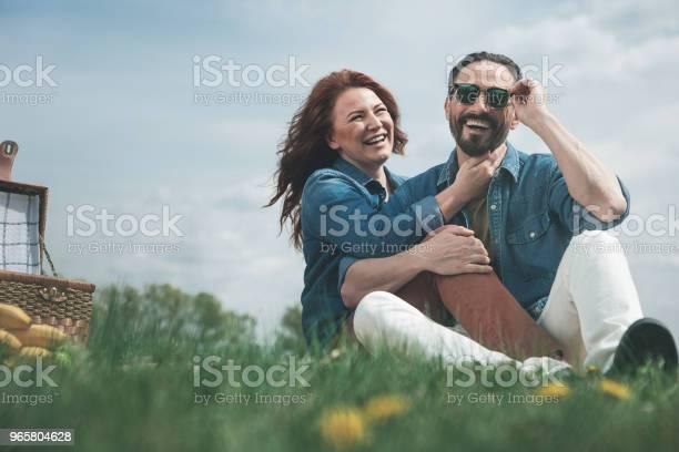 Радостная Супружеская Пара Устроив Пикник На Луга — стоковые фотографии и другие картинки Близость