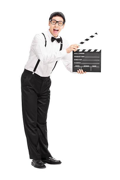 fröhliche hält eine clapperboard film director - klappe hut stock-fotos und bilder