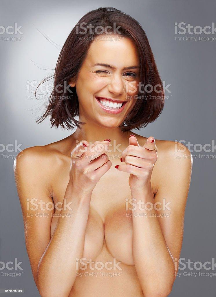 Fröhliche Nackt Frau Zeigt An Die Sie Gegen Farbiger Hintergrund