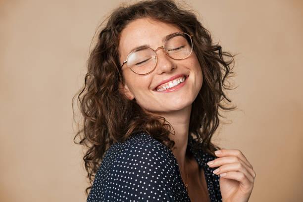 fröhliche natürliche junge frau lächelnd - augen geschlossen stock-fotos und bilder