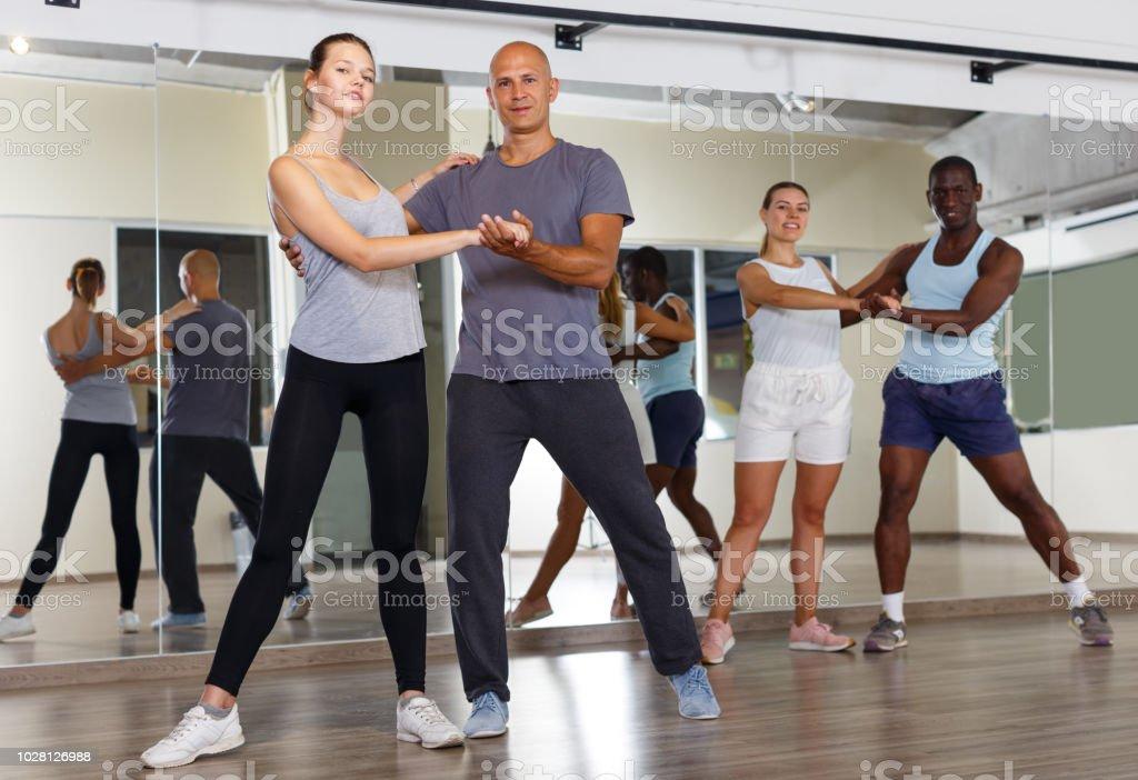 Gens joyeux danser la samba en couple - Photo