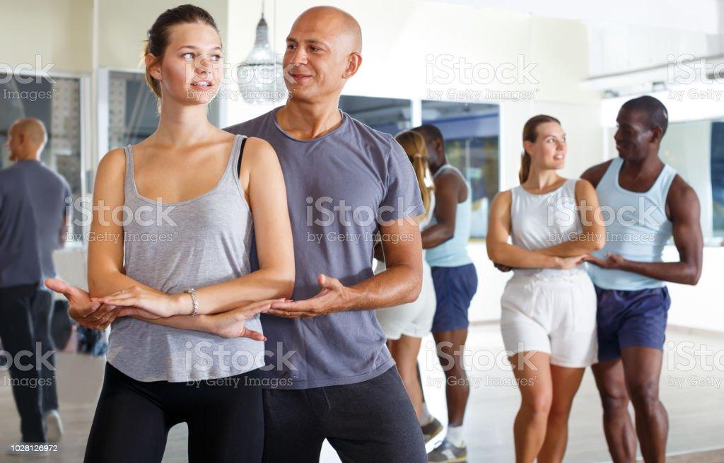 Personnes séropositives joyeux danser la samba en couple - Photo