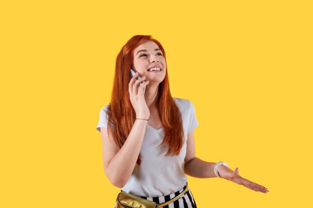 femme positive joyeuse, parler avec son amie - génération z photos et images de collection