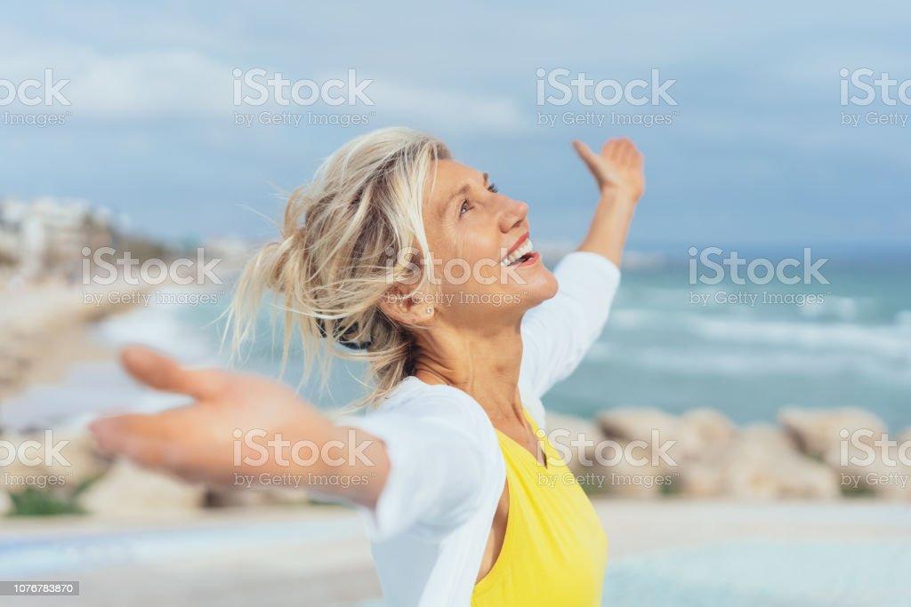 Mujer alegre disfrutando de la libertad de la playa foto de stock libre de derechos