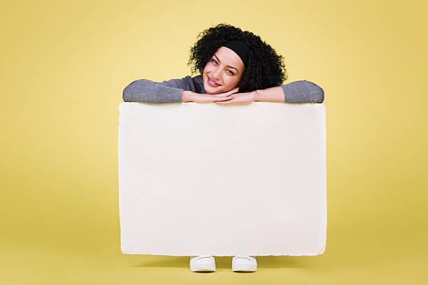 fröhliche frau hält ein white paper - - coole liebessprüche stock-fotos und bilder
