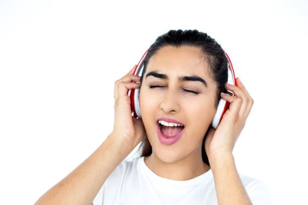 fröhliche frau anhören von musik und gesang lied - probeessen spiele stock-fotos und bilder