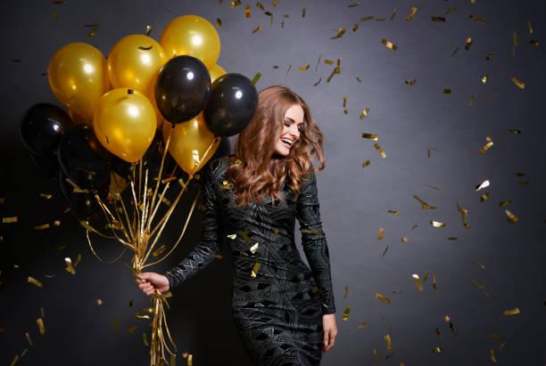 fröhliche frau mit haufen luftballons - kleid mit verzierung stock-fotos und bilder