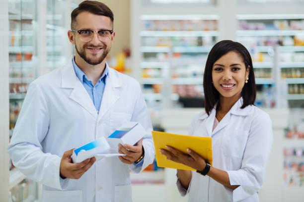 Fröhliche junge Chemiker, die direkt in die Kamera schauen – Foto