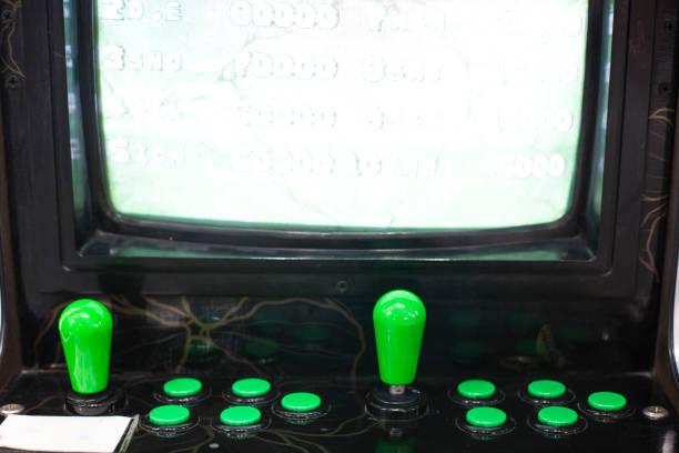 joystick und knöpfe auf einem alten arcade-spiel - pinball spielen stock-fotos und bilder