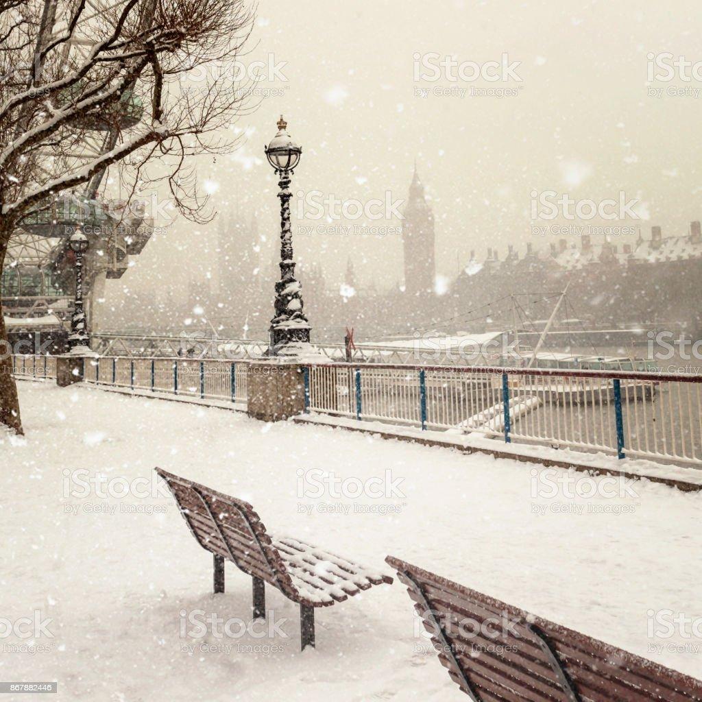Jubilee Gardens und Westminster Palast während eines Schneesturms in London am Tag – Foto