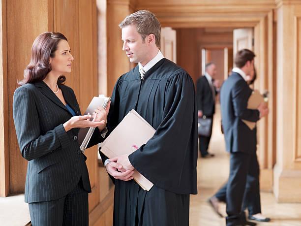 judge and lawyer talking in corridor - advocaat juridisch beroep stockfoto's en -beelden
