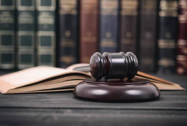libro de derecho y juez martillo foto sobre un fondo negro de madera, concepto de biblioteca de derecho. - biblioteca de derecho fotografías e imágenes de stock