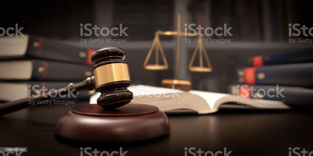 Domare ordförandeklubba och skala i domstol. Rättsligt begrepp - Royaltyfri Auktion Bildbanksbilder